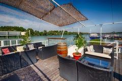 Het restaurant van de zomeroutdor op de rivierbank Stock Fotografie
