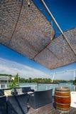Het restaurant van de zomeroutdor op de rivierbank Stock Foto's