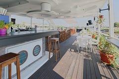 Het restaurant van de zomeroutdor op de rivierbank Stock Foto