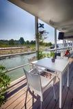 Het restaurant van de zomeroutdor op de rivierbank Royalty-vrije Stock Foto