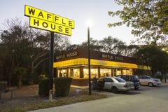 Het restaurant van het wafelhuis bij schemer wordt verlicht die Royalty-vrije Stock Foto's
