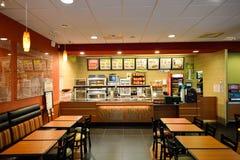 Het restaurantbinnenland van het metro snelle voedsel stock afbeeldingen