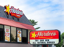 Het Restaurantbuitenkant en Teken van Hardee Stock Foto's