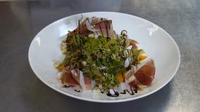 Het restaurantchef-kok die van de voedselstilist maaltijd verfraaien stock footage