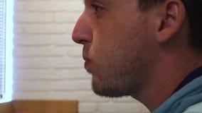 Het restaurantmens van de voorraad drinkt de videolengte bier stock footage