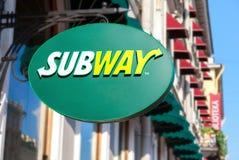 Het restaurantteken van het metro snelle voedsel De metro is een Amerikaanse snelle foo stock afbeeldingen
