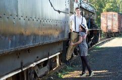 Het Retro jonge uitstekende de trein van het liefdepaar plaatsen Stock Fotografie