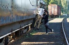 Het Retro jonge uitstekende de trein van het liefdepaar plaatsen Stock Afbeeldingen