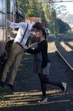 Het Retro jonge uitstekende de trein van het liefdepaar plaatsen Royalty-vrije Stock Foto's