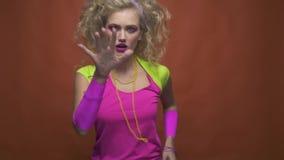 Het Retro het meisje van de de jaren '80stijl dansen stock video