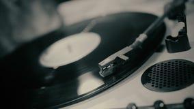 Het Retro vinyl spinnen op draaischijf, onthulling van geheim archivistisch verslag, close-up stock video