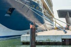 Het reusachtige cruiseschip wordt voorbereid bij de haven van Rostock voor verdere reis stock afbeelding