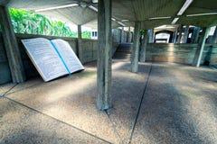 Het reusachtige deel van de bijbelsectie dat als monument in binnenplaats van Basiliekla Altagracia Church wordt geplaatst in Hig Stock Foto's