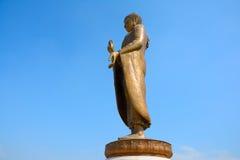 Het reusachtige Mooie Gouden Standbeeld van Boedha Royalty-vrije Stock Foto's