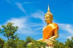 Het reusachtige Mooie Gouden Standbeeld van Boedha met Blauwe hemel Stock Afbeeldingen