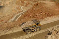 Het reusachtige vrachtwagenswerk in een steengroevemijnbouw Royalty-vrije Stock Foto