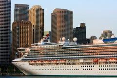 Het reuze schip van de Cruise in de Haven van Sydney, Australië. Stock Foto