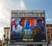 Het reuzeaanplakbord in Milaan, Italië die nieuwe TV adverteren toont Versace meespelend Edgar Ramirez, Penelope Cruz en Ricky stock foto's