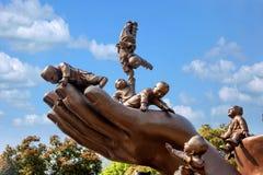 Het Reuzeboedha Toneelgebied & x22 van Wuxilingshan; 100 kinderen spelen Maitreya& x22; groot bronsbeeldhouwwerk Royalty-vrije Stock Foto's