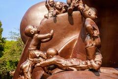 Het Reuzeboedha Toneelgebied & x22 van Wuxilingshan; 100 kinderen spelen Maitreya& x22; groot bronsbeeldhouwwerk Stock Foto's