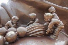 Het Reuzeboedha Toneelgebied & x22 van Wuxilingshan; 100 kinderen spelen Maitreya& x22; groot bronsbeeldhouwwerk Stock Fotografie
