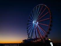 Het reuzenrad stak rood, omhoog wit en blauw aan Stock Foto's