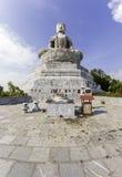 Het reuzestandbeeld van Boedha in Phat Tich Pagoda op mountian TienDu Stock Foto's