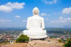 Het reuzestandbeeld van Samadhi Boedha bovenop de Olifantsrots in Kurun stock foto