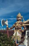 Het reuzestandbeeld werd gevestigd in de provincie van watprathatsuthonephrae van Thailand Stock Foto
