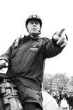 Het richten van de politieagent Stock Fotografie