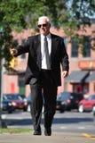 Het richten van Volwassen Hogere Mannelijke Politicus Walking On Sidewalk royalty-vrije stock afbeeldingen