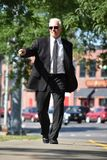 Het richten van Volwassen Mannelijke Politicus Walking On Sidewalk royalty-vrije stock afbeeldingen