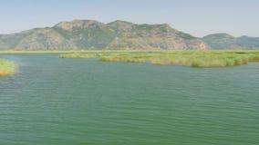 het riet van de rondvaartrivier, historische dalyan, ortaca, koycegiz, Turkije stock videobeelden