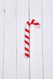 Het riet van het Kerstmissuikergoed op witte houten lijst als achtergrond Stock Afbeeldingen