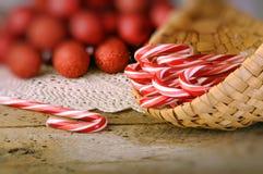 Het riet van het suikergoed in mand Stock Afbeeldingen