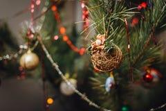 Het rieten baldecoratie hangen op Kerstboom Royalty-vrije Stock Afbeeldingen