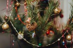 Het rieten baldecoratie hangen op Kerstboom Stock Afbeelding