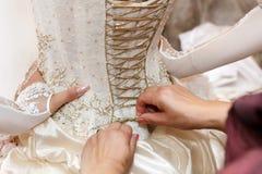 Het rijgen van het korsetbruidsmeisje kleedt zich Stock Afbeeldingen