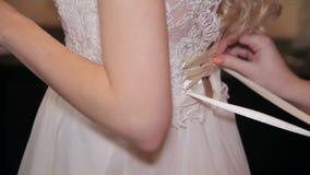 Het rijgen van huwelijk-kleding stock video