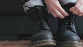 Het rijgen van laarzen stock footage