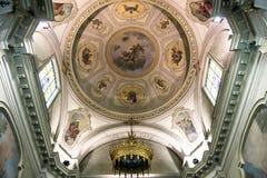 Het rijk verfraaide en geschilderde plafond van de Santa Maria-kerk in de stad van Valli del Pasubio, Italië stock afbeelding