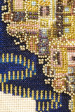 het rijke kleurrijke borduurwerk van het parelwerk stock fotografie