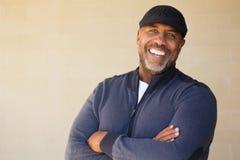 Het rijpe Afrikaanse Amerikaanse mens glimlachen royalty-vrije stock foto's