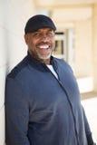 Het rijpe Afrikaanse Amerikaanse mens glimlachen royalty-vrije stock afbeeldingen