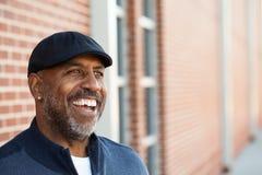 Het rijpe Afrikaanse Amerikaanse mens glimlachen stock afbeeldingen