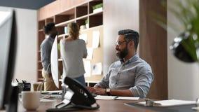 Het rijpe bedrijfsmens ontspannen op het werk stock video