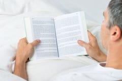 Het rijpe boek van de mensenlezing Stock Afbeelding