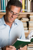 Het rijpe boek van de mensenlezing Stock Foto