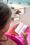 Het rijpe boek van de vrouwenlezing royalty-vrije stock afbeeldingen