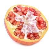 Het rijpe die segment van het granaatappelfruit op witte achtergrond wordt geïsoleerd royalty-vrije stock fotografie
